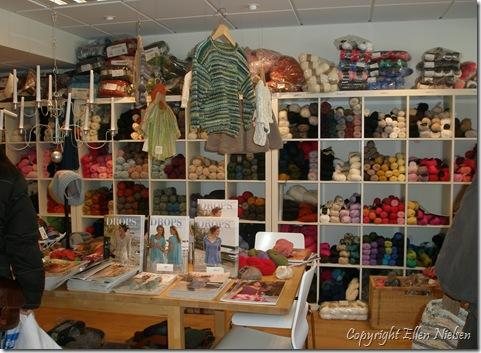 Helylle, Kristianstad - her kan købes garn til at strikke kraver, der både kan tages a' og på....