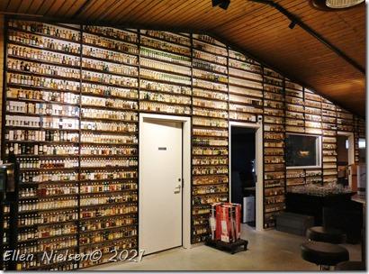 En hel væg med miniflasker
